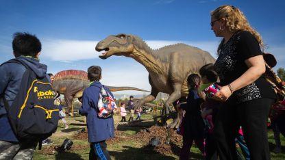 Los dinosaurios deslumbran a los visitantes por su tamaño y realismo.