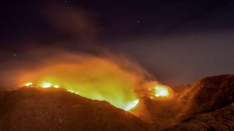 Se desató un incendio en una de las laderas del Cerro Arco