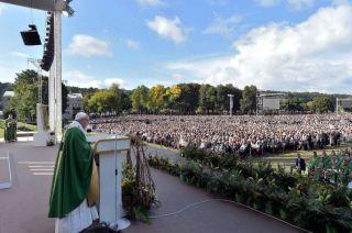 Francisco reza una misa ante una multitud de lituanos. El Papa rindió homenajea a las víctimas del nazismo y de la KGB.