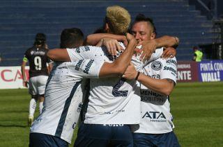Todos festejan con Alejandro Rébola, quien convirtió el gol del triunfo azul.