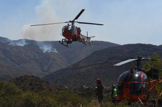 Dos helicópteros Lama. Se sumaron al combate trasladando brigadistas al cerro Gateado.