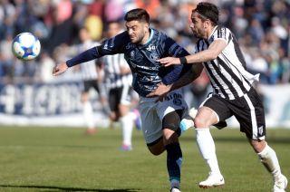 Rébola lucha por el balón ante Cucchi, goleador del Lobo. Fue en el 1-1 del Torneo Vendimia. La Lepra ganó (4-3) por penales.