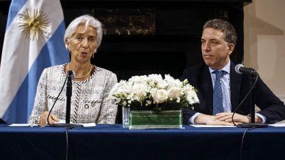 Una mano generosa. Lagarde y Dujovne anuncian el nuevo acuerdo en Nueva York.