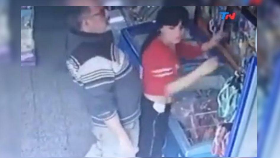 Acosó a una kiosquera y fue filmado: el video recorre el país