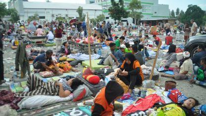 Cientos de heridos esperan atención médica en el exterior del hospital de Palu, donde ya no cabía nadie más.