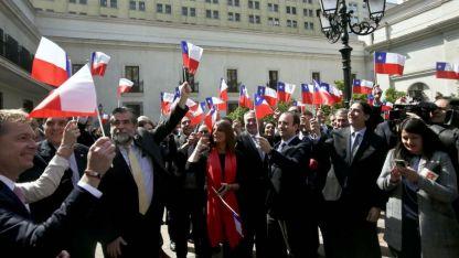 Un grupo de funcionarios chilenos celebra el fallo en el Patio de los Naranjos del Palacio de la Moneda en Santiago.