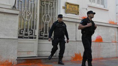 En protesta contra la Ley, manifestantes tiraron bombas de pintura naranja contra la fachada de la Legislatura.