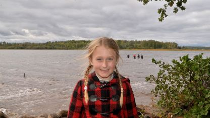 Saga Vanecek estaba ayudando a su padre con su bote en el lago Vidostern cuando pisó una espada.