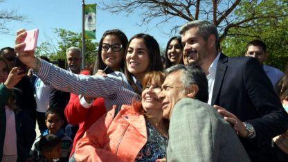 Cornejo y Peña aprovecharon para fotografiarse con la gente en la Nave Cultural.