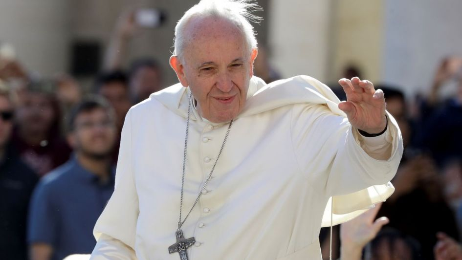 Susto en el Vaticano por topezón y caída del papa Francisco