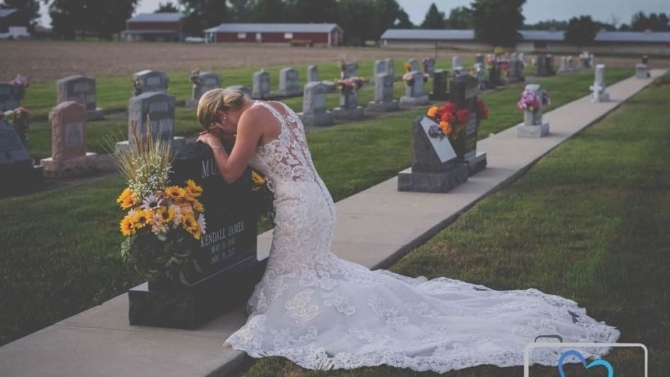 Conmovedora historia de la foto de una novia en una tumba