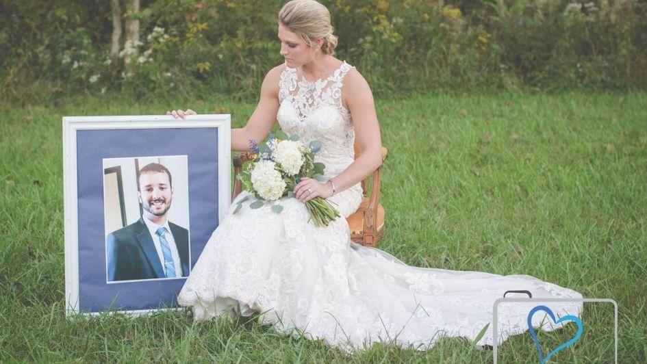 Muere su prometido y mujer se toma sesión fotográfica en la tumba