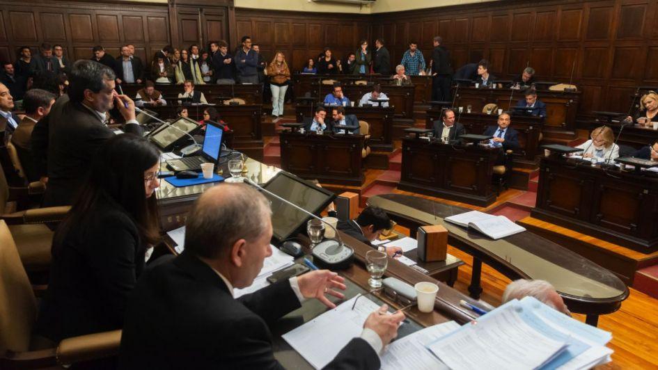 Quieren limitar reelecciones de legisladores mendocinos y quitarles los fueros