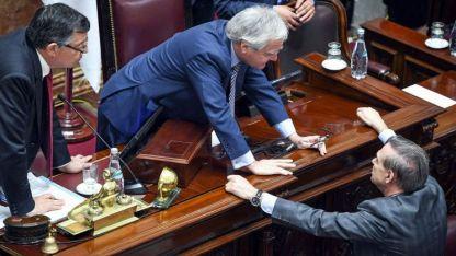 Negociaciones. Pinedo, por el oficialismo, y Pichetto, de la oposición, acordaron votar un proyecto que deja sin efecto el aumento.