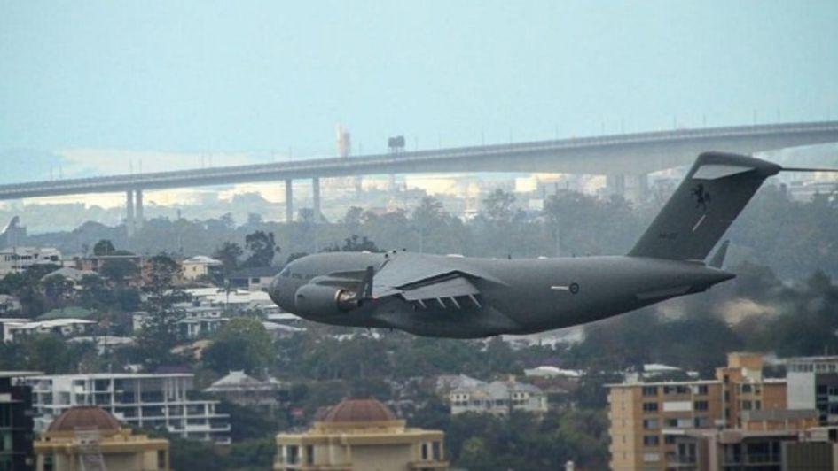 Impactante: un avión pasó entre grandes edificios y generó terror en Australia