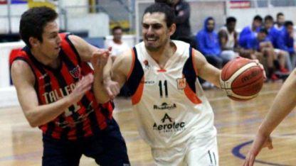 Cerebro Naranja. El base de Rivadavia, Andrés Llaver, intenta llegar al aro ante la presión de Nicastro.