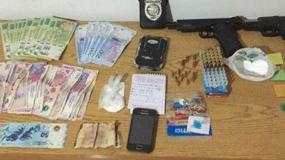 Los efectivos secuestraron drogas, armas y dinero en efectivo.