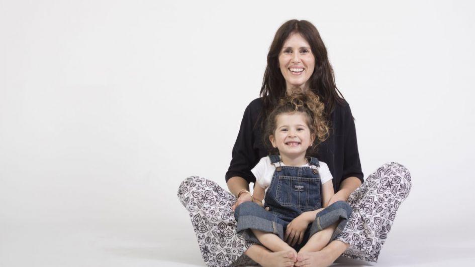 Madre e hija diseñando ropa para ellas