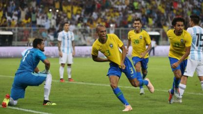 Miranda festeja el gol del triunfo de Brasil.