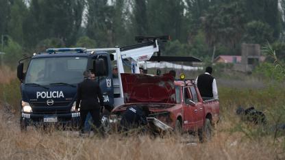Escena. La Policía remolcó la camioneta en la que los obreros persiguieron a los delincuentes.