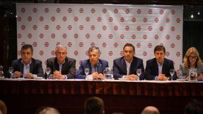 Sentados a la mesa. Alfredo Cornejo, presidente del partido, encabezó la discusión. A su lado, el gobernador jujeño, Gerardo Morales.