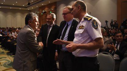 Empleados felicitados. Ayer, en el aniversario de la Policía de Mendoza, el Gobernador entregó reconocimientos a uniformados.
