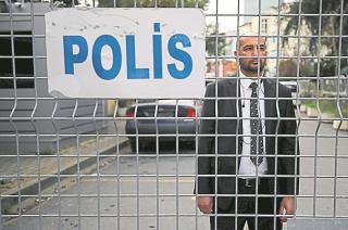 Acceso prohibido. Un guardia de seguridad custodiaba ayer el ingreso al consulado de Arabia en Estambul.