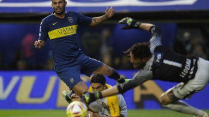 De lo mejor. Cardona, con sus remates desde afuera, fue de los más rescatable de un Boca que jugó mal.