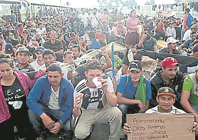 Otra multitud de migrantes hondureños se encamina a la frontera de México