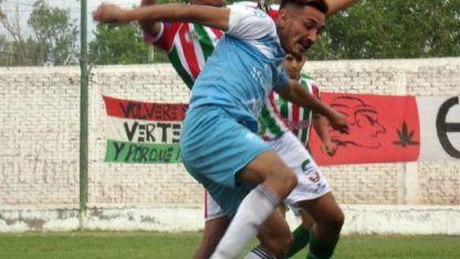 El líder. Costella, del Cele, cubre el balón ante Ramírez, del Guayma.