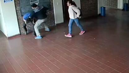 La agresión fue registrada por una cámara del establecimiento.