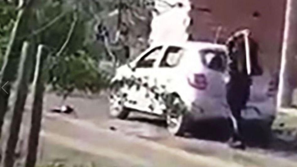 086f0ae09a1ba5 Destrozó el auto de su ex a palazos en un ataque de furia por una supuesta  infidelidad