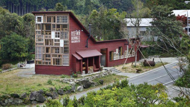Materiales reciclados que le dan vida a hermosas fachadas