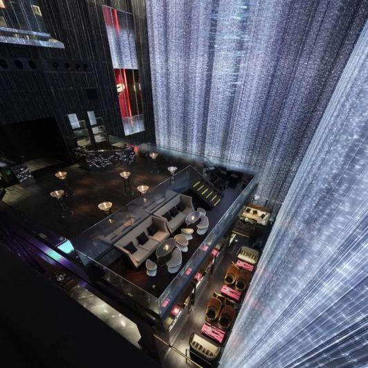 Iluminación, color y tecnología para un bar con mucho diseño