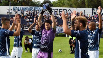Cristian Aracena, arquero de Independiente, no tuvo una buena tarde, pero el hincha Azul, lo bancó a muerte.