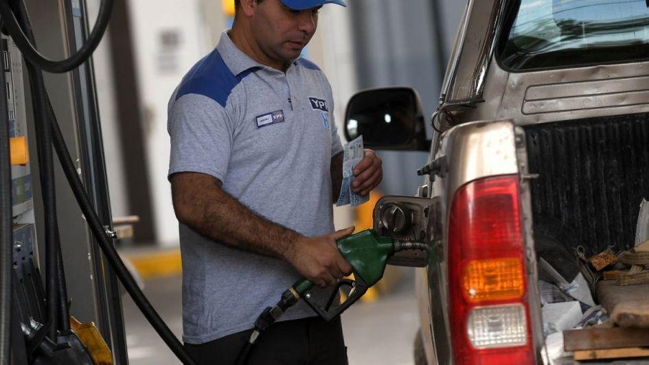 El dólar y el precio del petróleo bajaron, pero la nafta sigue subiendo