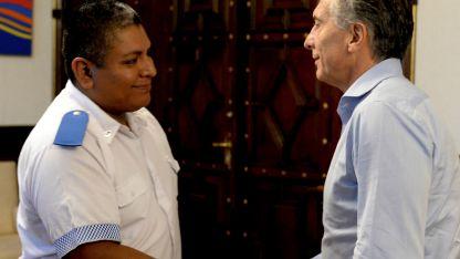 El policía Luis Chocobar junto al presidente Macri.