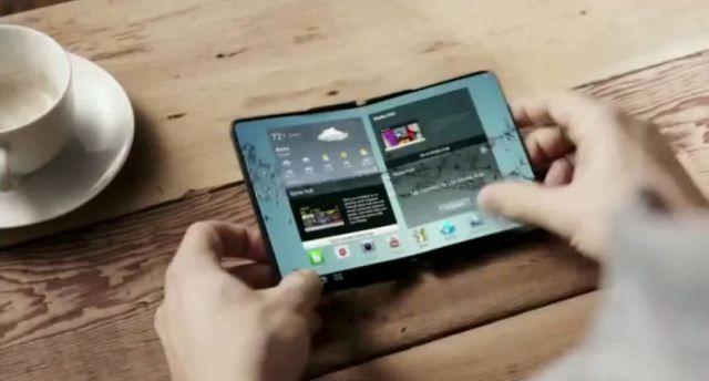 Samsung muestra 'a oscuras' su móvil con pantalla plegable