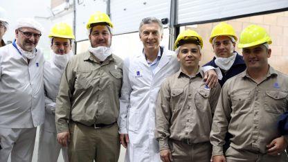 Macri con empleados del l Laboratorio Pablo Cassará