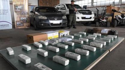La cocaína y algunos delos vehículso secuestrados.