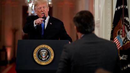 """Donald Trump se enojó con un periodista que lo increpó por llamar """"invasión"""" el ingreso de inmigrantes centroamericanos."""