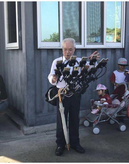 Tiene 70 años y juega Pokemón Go en 12 teléfonos a la vez