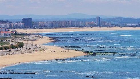 Futbolistas de un equipo rescataron a tres náufragos en Portugal