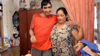 """En familia. Alejandra y su hijo Sebastián, agradecida porque """"está vivo""""."""