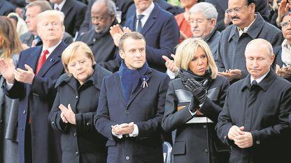 Mandatarios.Donald Trump, Angela Merkel, Emmanuel Macron, su esposa, y Vladmir Putin, ayer en París.
