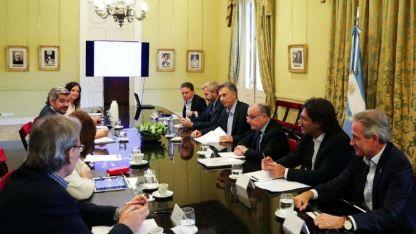 Una charla previa. Antes del anuncio hubo reunión de gabinete en la Casa Rosada, encabezada por el presidente Macri.