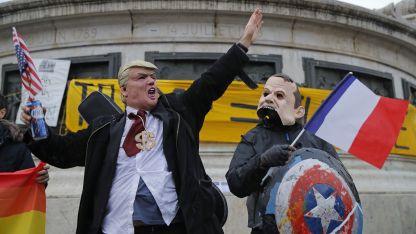 """Parodia. """"Trump"""" y """"Macron"""", en París."""