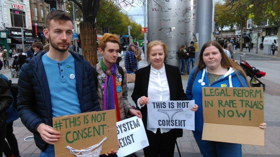 Original protesta en Irlanda contra el machismo
