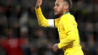 La pelota siempre al 10. Neymar volvió locos a los defensores de Uruguay y marcó el gol del triunfo.