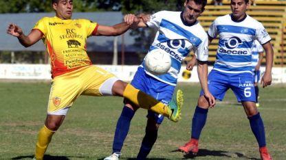 Peleado. Mariano Gómez (11), de Murialdo, disputa el balón con Leo Espíndola (5), del CEC, mientras San Martín (6) observa.